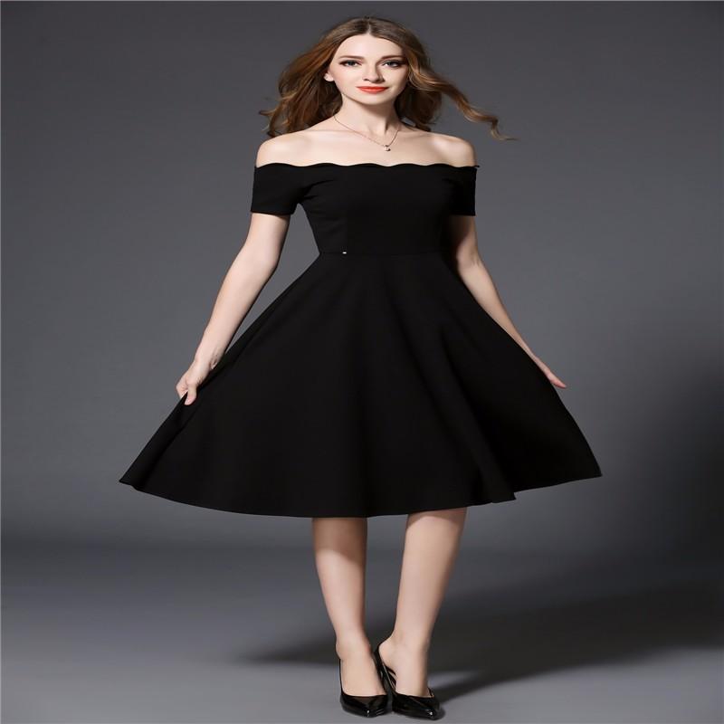 復古するのは2017ヘップバーン風の小さく黒いスカートのスリムは肩のボートネックのワンピースを現します