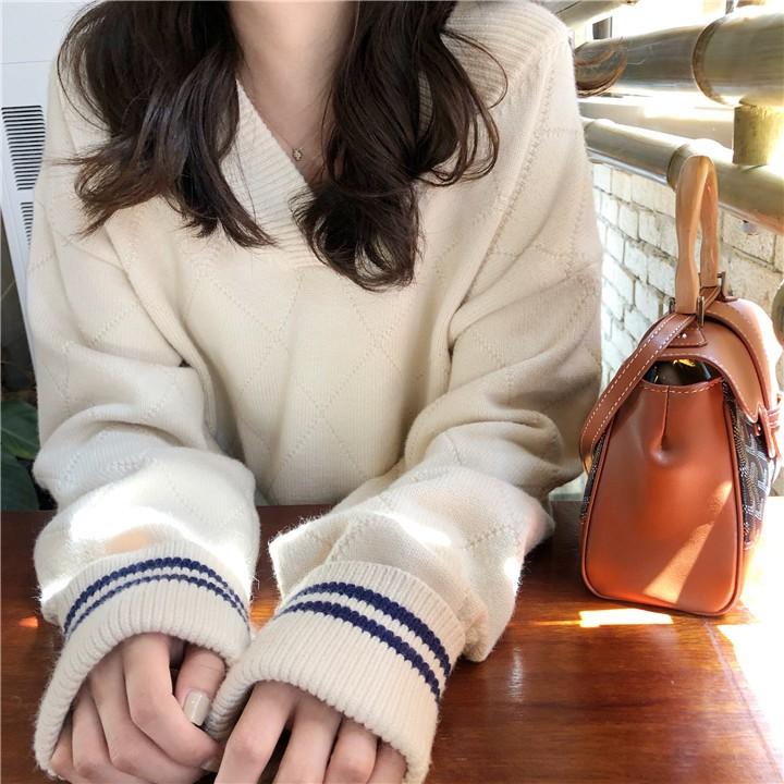 多い着方は肩のVネックの毛糸のセーターを現します