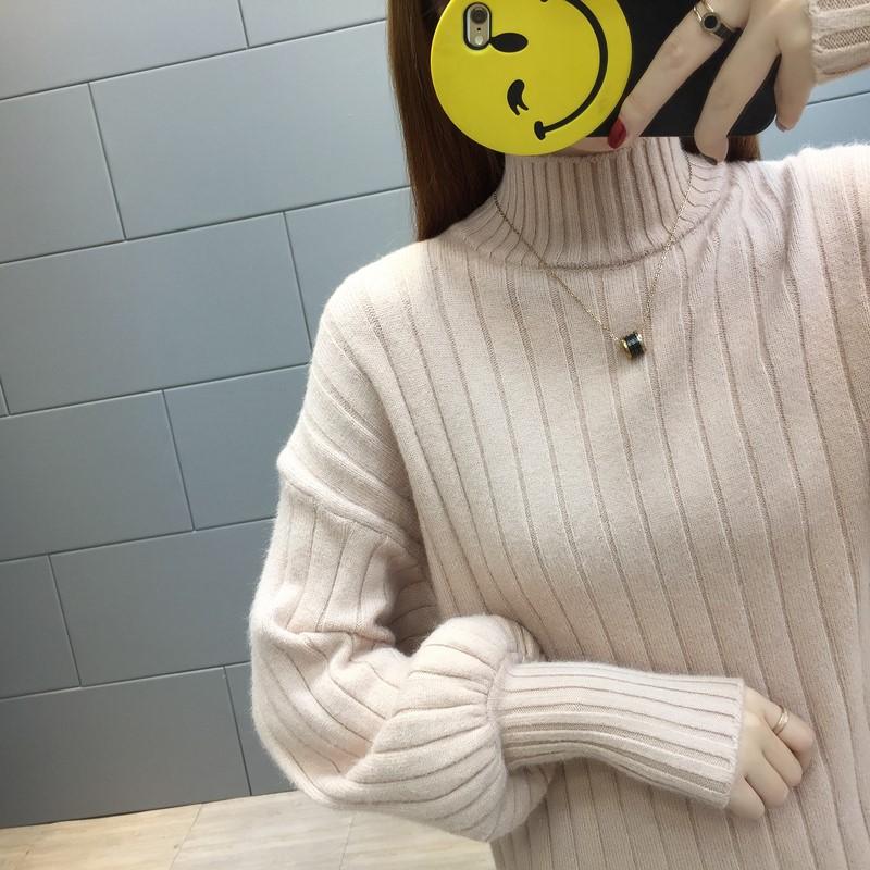 パフスリーブの毛糸のセーターの半分タートルネックの中のシャーツ